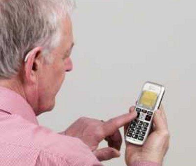 Oamenii-in-varsta-si-telefoanele-mobile